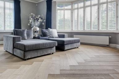 Visgraat parketvloer in de woonkamer