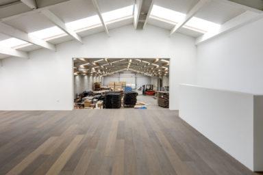 Donkere houten restpartij vloer in showroom