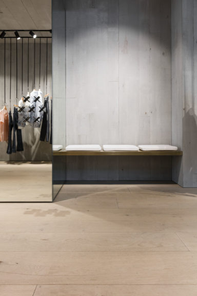 Extra brede parket vloer in kledingzaak in Antwerpen