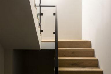 Lichte houten trapbekleding