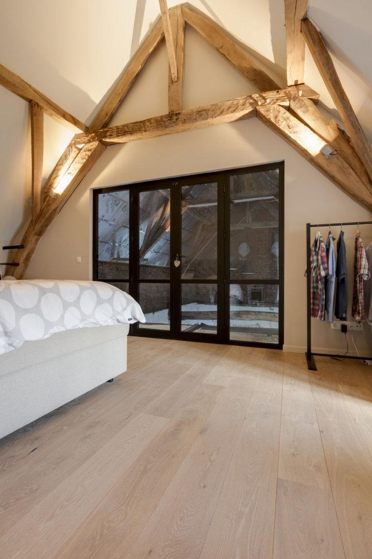 Betaalbare houten parket vloer in de slaapkamer